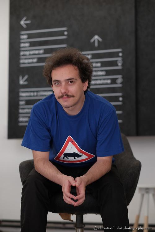 Portrait von Visar Arifay, Mitinhaber der Grafikagentur Trembelat in Pristina, der im Auftrag von Helvetas die TV-Sendung PunPun entwickelt und moderiert hat. Er ist ausserdem Gründer und Präsident von Partia e Fortë und Mitglied des Stadtparlaments in Pristina.