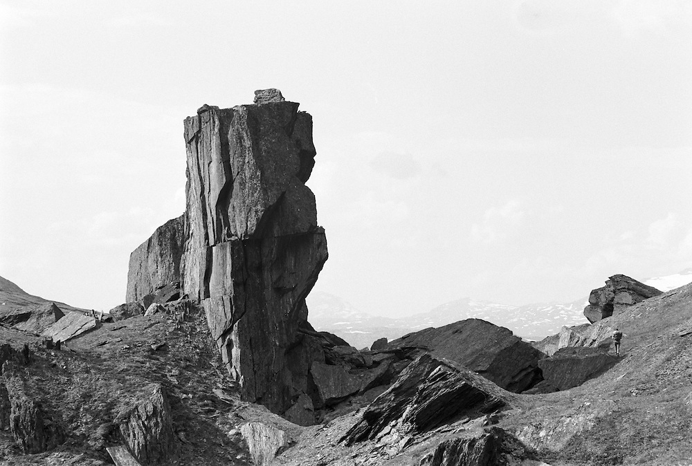 Stenskulptur och vandrare i Kerkevagges månlandskap söder om Torne träsk i Lappland