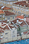 Roofs. But not the ones made of glass. Cement, tar or marble are so stable that earn another utility. Here the sports are practiced in fields already prepared for it or in improvised places that represent an alternative to the typical gyms. What matters is putting your body movement and exercising outdoors. These are moments well spent in unusual places for all kinds of sports.