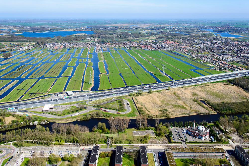 Nederland, Noord-Holland, Zaandam, 20-04-2015; de wijk Poelenburg, met de Sultan Ahmet Moskee en rijksweg A10 (Coentunnelweg). Aan de andere kant van de snelweg de Polder Oostzaan en in de verte Het Twiske.<br /> Main road A8 near Zaandam on the border of a residential area and a polder.<br /> <br /> luchtfoto (toeslag op standard tarieven);<br /> aerial photo (additional fee required);<br /> copyright foto/photo Siebe Swart
