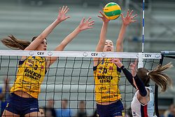 07-11-2016 NED: CEV CL Sliedrecht Sport - Imoco Volley Conegliano, Sliedrecht<br /> In een volgepakt Sporthal De Basis speelt Sliedrecht de derde wedstrijd in de Champions League / Robin de Kruijf #5 of Imoco Volley Conegliano, Kimberly Hill #15 of Imoco Volley Conegliano