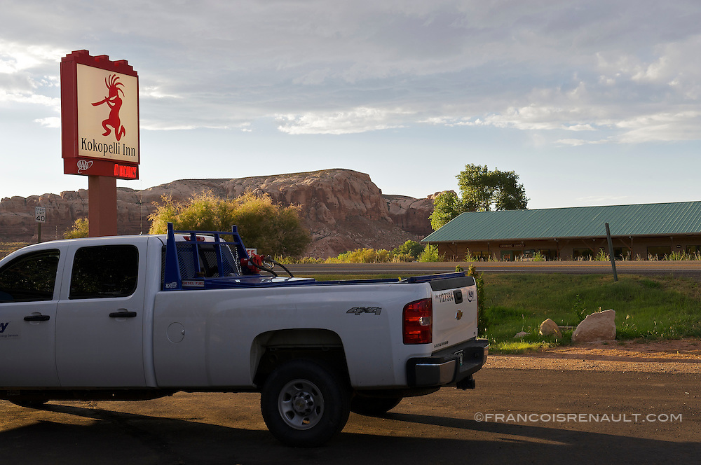 USA, Utah, Bluff. Parking d'un motel pres de la route de Monument Valley. On the road to Monument Valley, a motel parking.