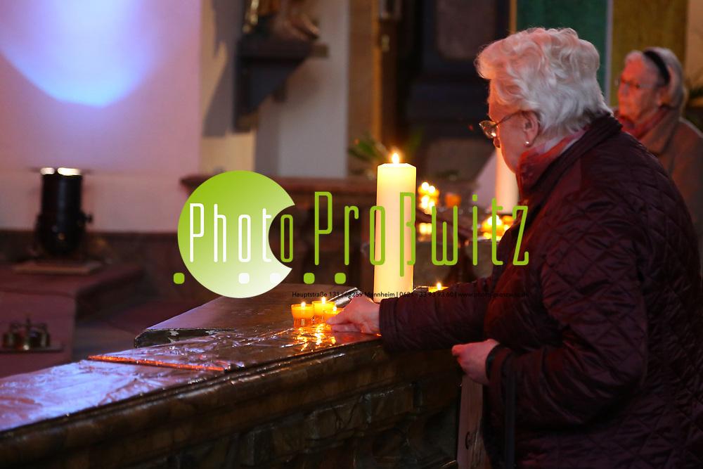 Mannheim. 11.03.17 | BILD- ID 024 |<br /> Innenstadt. Marktplatz. Marktplatzkirche St. Sebastian. Stay &amp; Pray. <br /> Im M&auml;rz startet mit &bdquo;Stay &amp; Pray&ldquo; in der Mannheimer Marktplatzkirche St. Sebastian ein neues Gottesdienstformat in der Quadratestadt. Dieses offene spirituelle Angebot soll Menschen viermal im Jahr  jeweils samstagabends die M&ouml;glichkeit geben, Kirche einmal anders zu erleben. Die Besucher bestimmen, ob sie sich eine kurze oder auch l&auml;ngere Auszeit g&ouml;nnen &ndash; frei nach der biblischen Aufforderung &bdquo;Stay &amp; Pray &ndash; Wachet und betet.&ldquo; (Matth&auml;us 26,41). <br /> <br /> Der &bdquo;Stay &amp; Pray&ldquo;-Abend beginnt mit der Messe in St. Sebastian um 17 Uhr. Anschlie&szlig;end steht die Kirche bis 22 Uhr offen. Zum Abschluss gibt es ein Nachtgebet &ndash; die Komplet &ndash; mit eucharistischem Segen. <br /> <br /> Bild: Markus Prosswitz 11MAR17 / masterpress (Bild ist honorarpflichtig - No Model Release!)