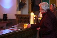 Mannheim. 11.03.17   BILD- ID 024  <br /> Innenstadt. Marktplatz. Marktplatzkirche St. Sebastian. Stay &amp; Pray. <br /> Im M&auml;rz startet mit &bdquo;Stay &amp; Pray&ldquo; in der Mannheimer Marktplatzkirche St. Sebastian ein neues Gottesdienstformat in der Quadratestadt. Dieses offene spirituelle Angebot soll Menschen viermal im Jahr  jeweils samstagabends die M&ouml;glichkeit geben, Kirche einmal anders zu erleben. Die Besucher bestimmen, ob sie sich eine kurze oder auch l&auml;ngere Auszeit g&ouml;nnen &ndash; frei nach der biblischen Aufforderung &bdquo;Stay &amp; Pray &ndash; Wachet und betet.&ldquo; (Matth&auml;us 26,41). <br /> <br /> Der &bdquo;Stay &amp; Pray&ldquo;-Abend beginnt mit der Messe in St. Sebastian um 17 Uhr. Anschlie&szlig;end steht die Kirche bis 22 Uhr offen. Zum Abschluss gibt es ein Nachtgebet &ndash; die Komplet &ndash; mit eucharistischem Segen. <br /> <br /> Bild: Markus Prosswitz 11MAR17 / masterpress (Bild ist honorarpflichtig - No Model Release!)