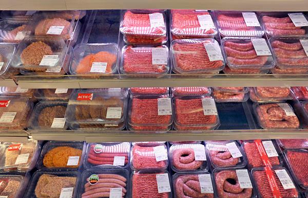 Nederland, Millingen aan de Rijn, 3-5-2012Supermarkt.Deze C1000 zal in de toekomst verder gaan als Albert Heijn. Vlees, voorverpakt,verpakt,bio-industrie,kiloknaller, kiloknallers,houdbaarheid,bederf,bederven,consumptie,prijs,Foto: Flip Franssen/Hollandse Hoogte