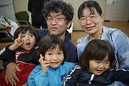 Pappa Yoshinobu, mamma Yuki och bröderna Taiki, Akioshi och Mashiro Segawa. <br /> <br /> Familjen besöker Hinan Mama Net, är en stödgrupp för mammor som har evakuerat från Fukushima prefekturen till Tokyo. Gruppen startades av Rika Mashiko.