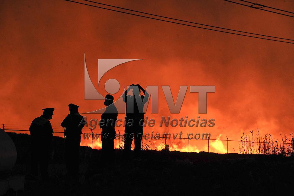 Ecatepec, Mexico.- Bomberos de distintos municipios cumplen varias horas trabajando para tratar de controlar el incendio registrado en una recicladora de carton ubicada en la Colonia Miguel Hidalgo. Agencia MVT / Juan Garcia.