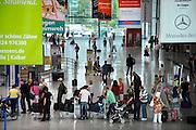 Duitsland, Weeze, 25-6-2009Vlak over de grens bij Nijmegen ligt het regionaal vliegveld Niederrhein, Weeze, wat sinds zes jaar uitgegroeid is tot een belangrijke regionale luchthaven en als thuisbasis fungeert voor prijsvechter chartermaatschappij Ryanair. In Bergen N-Limburg klaagt men over geluidsoverlast. In de regio bevindt zich ook vliegveld Dusseldorf. Naast passagiersvervoer wordt er veel luchtvracht vervoerd. Op de foto de aankomst en vertrek hal. Economie, ekonomie, grensstreek, Foto: Flip Franssen/Hollandse Hoogte