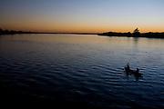 Pedras de Maria da Cruz_MG, Brasil...Homens navegando na bacia hidrografica do Rio Sao Francisco...A Men navigating in Sao Francisco river...Foto: LEO DRUMOND /  NITRO
