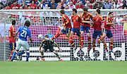 FUSSBALL  EUROPAMEISTERSCHAFT 2012   VORRUNDE Spanien - Italien            10.06.2012 Andrea Pirlo (li, Italien) schiesst an der Mauer von Sergio Ramos, Alvaro Arbeloa, Xabi Alonso, Sergio Busquets  und Jordi Alba (v.l., alle Spanien) vorbei.