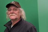 Der erste Schritt<br /> Reiner, 57, verkauft Hinz&Kunzt in Hammerbrook. St.-Pauli-Fan und<br /> Stadtmensch: Reiner<br /> hat in einer Wohnunterkunft<br /> eine neue<br /> HEIMAT gefunden.