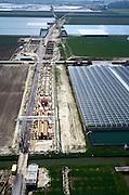Nederland, Bleiswijk, Klappolder, 17/05/2002; de HSL doorsnijdt het glastuinbouwgebied en grote kassen complexen moeten deels worden gesloopt; ivm vele lokale wegen, sloten ed komt de HSL op ekolommen te lopen; verkeer en vervoer, infrastructuur, bouwen, spoor, rail, TGV planologie ruimtelijke ordening, landschap tuinbouw;<br /> luchtfoto (toeslag), aerial photo (additional fee)<br /> foto /photo Siebe Swart