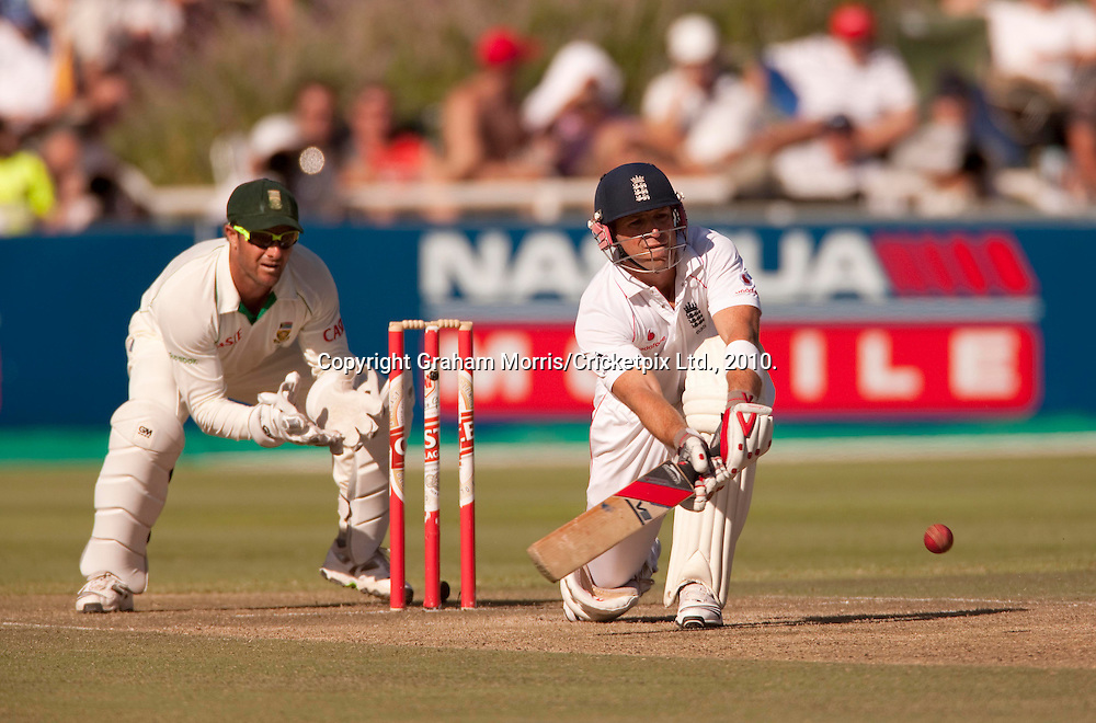 Matt Prior sweeps Paul Harris during the third Test Match between South Africa and England at Newlands, Cape Town. Photograph © Graham Morris/cricketpix.com (Tel: +44 (0)20 8969 4192; Email: sales@cricketpix.com)