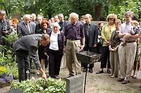 18 JUL 2003, BERLIN/GERMANY:<br /> Umbettung der Urne von Herbert Marcuse (1898 - 1979), Philosoph und Gesellschaftstheoretiker, Bildmitte: Peter Marcuse, Sohn des Philosophen, und 3. Person v. L, gelbe Bluse: Angela David, Dorotheenstaedtischer Friedhof<br /> IMAGE: 20030718-01-010