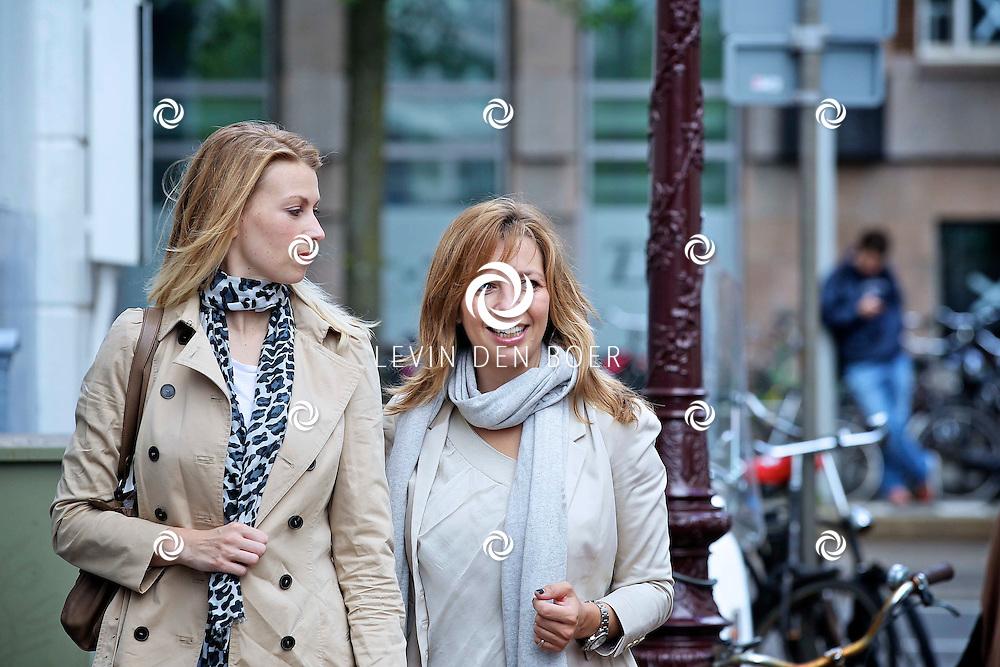 AMSTERDAM - Bij de Amsterdam City Spa hield de Class Company weer een Mom's Moment. Diversen bekenden en onbekende moeders worden weer een hele dag verzorgt en vertroeteld.  Met op de foto de Nederlandse schrijfster Susan Smit en Pauline de Wilde. FOTO LEVIN DEN BOER - PERSFOTO.NU