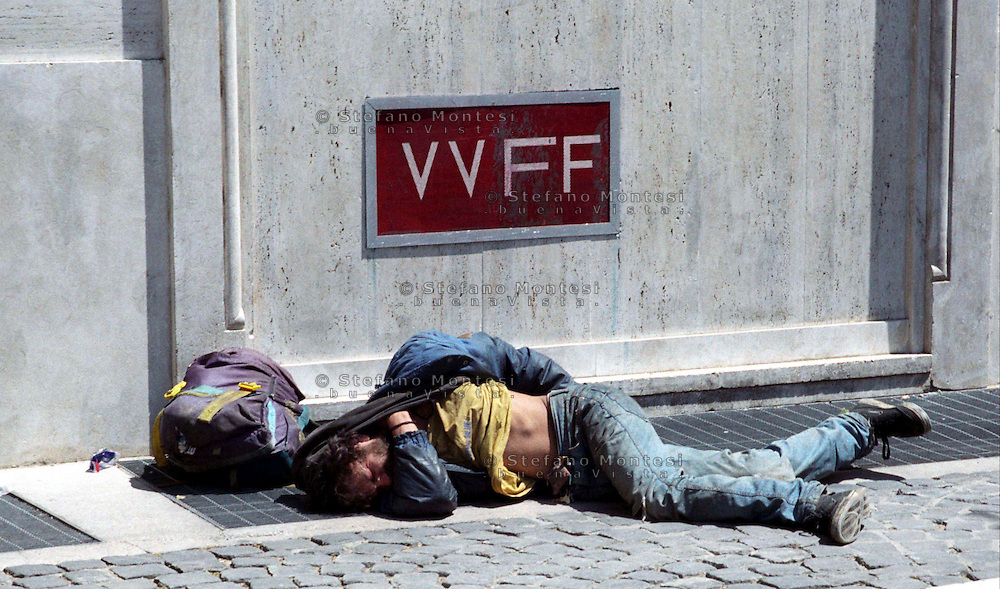 Roma  2007 .Piazza Mastai.Senza fissa dimora dorme per la strada.Homeless sleeps on the street..