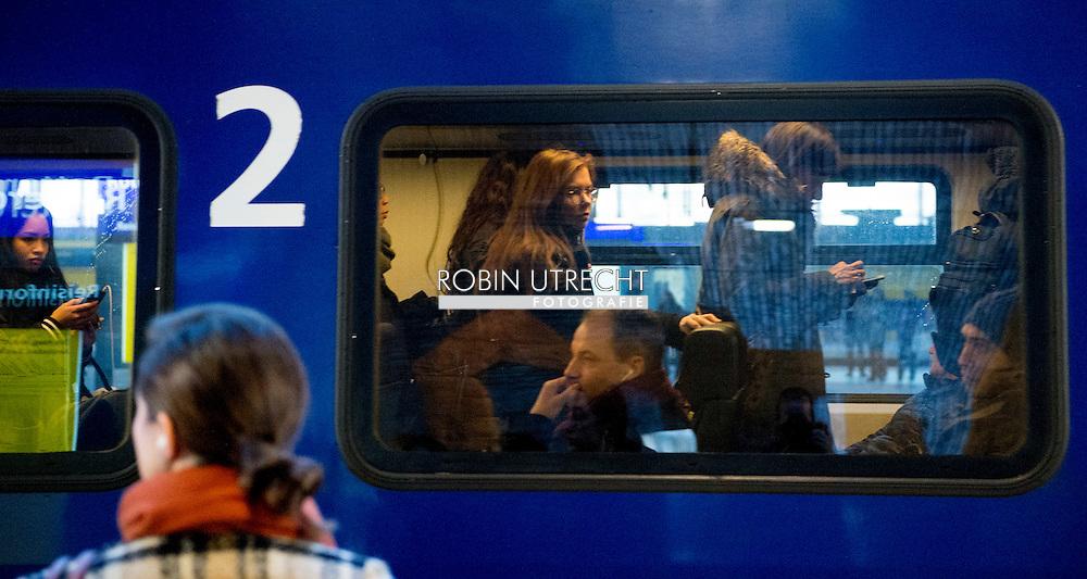 ROTTERDAM - Overvolle treinen van de NS reizigers staan masaal in de trein Reizigers staan op volle , spits , studenten , druk , drukte , extra treinen , trein ,  COPYRIGHT ROBIN UTRECHT