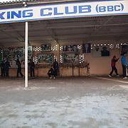 La cour du Bhiwani Boxing Club où se déroule une partie de l'entraînement des élèves, qui se changent positions, outils et mouvements