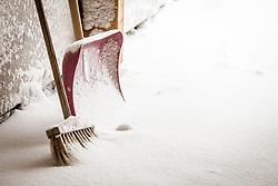 THEMENBILD - Schneeschaufel und Besen stehen zur Räumung der Wege bereit. Große Mengen an Neuschnee fielen in der Nacht auf Samstag in ganz Salzburg, aufgenommen am 05. Jänner 2019, Kaprun, Österreich // Snow shovel and broom with snow. Large amounts of fresh snow fell during the night on Saturday in the whole of Salzburg on 2019/01/05, Kaprun, Austria. EXPA Pictures © 2019, PhotoCredit: EXPA/Stefanie Oberhauser