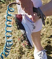 SPAARNWOUDE-schoonmaken van de golfschoenen. schoonspuiten met lucht. . COPYRIGHT KOEN SUYK KOEN SUYK