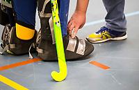 WAGENINGEN - Hoofdklasse zaalhockey.  Scheidsrechter controleert keeper op de uitrusting voor de zaal. COPYRIGHT KOEN SUYK