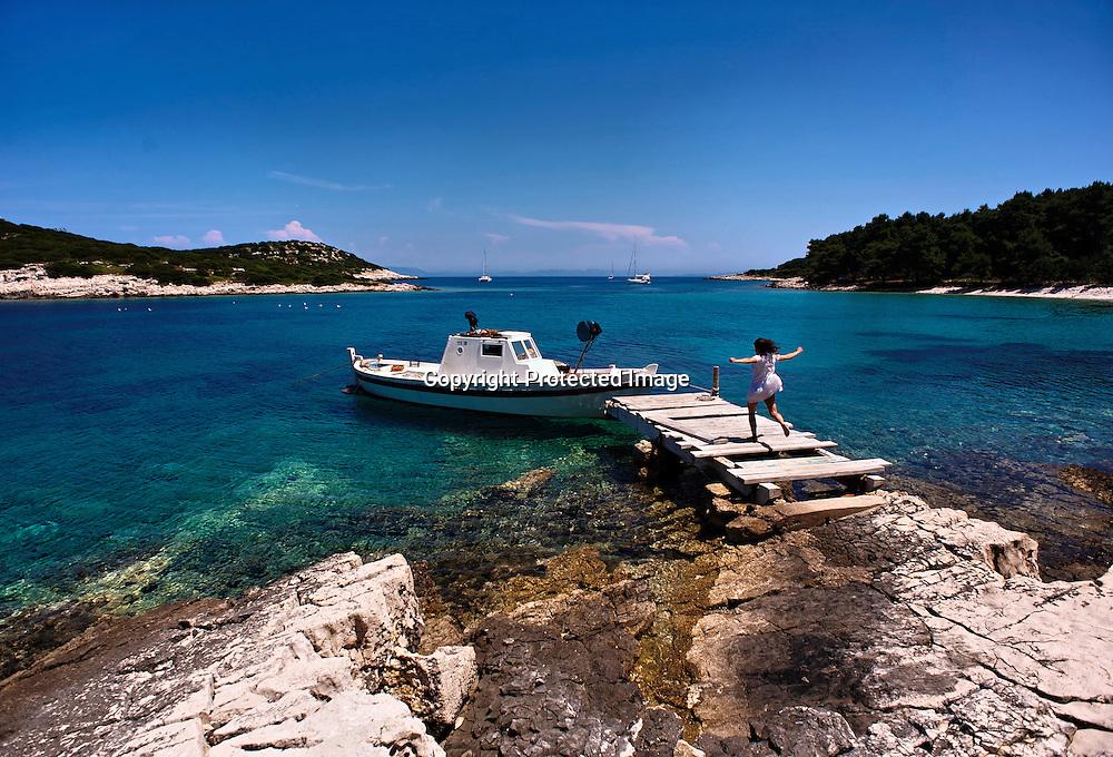 Au milieu de la mer Adriatique, une île verdoyante et ses 43 îlots moutonnent sur une eau au bleu vert limpide. Des eaux tellement claires permettent de voir jusqu'à 50 mètres de profondeur. Un record en méditerranée ! Loin de tout, Lastovo est l'archipel le plus secret de Dalmatie. Interdit aux étrangers jusqu'en1990, il ne compte aujourd'hui que 600 habitants, 46 champs et un superbe village en pierres blanches caché au coeur de l'île.