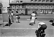 Duitsland,Bitterfeld, 1-7-1990 Op deze dag werd de duitse monetaire eenwording effectief. De burgers van de ddr konden hun marken inwisselen tegen de west-duitse mark, in winkels had een grote operatie plaatsgevonden om prijzen aan te passen. Kinderen, schoolkinderen. umtausch,mauerfall,monetaire,eenwording,monetair,samengaan,eenwording,duitse,hereniging,herenigen,stadsbeeld,straatbeeld Foto: Flip Franssen