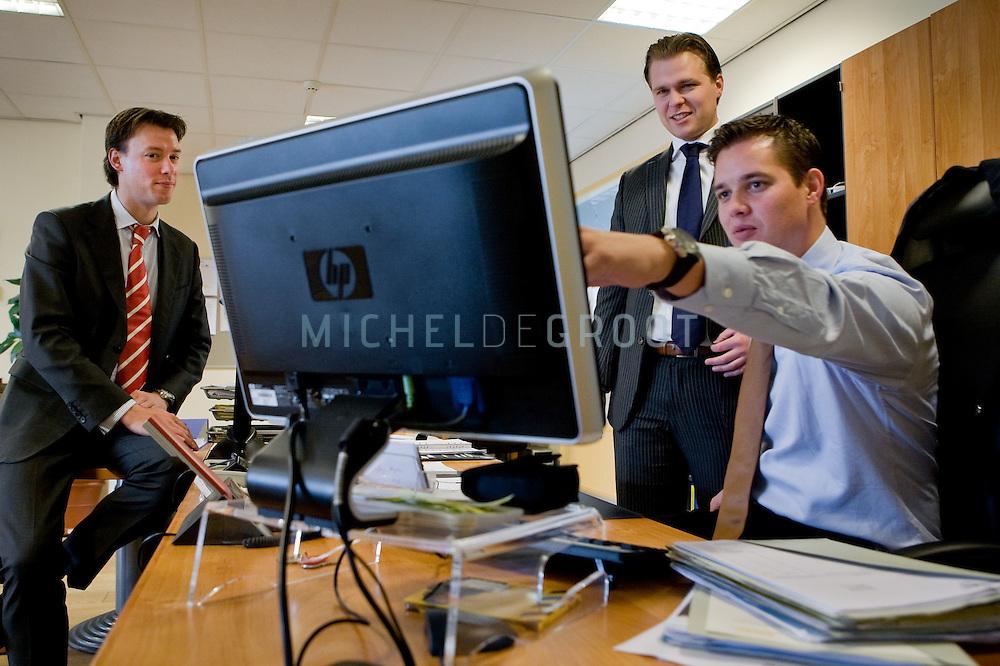 Daan Heslenfeld, Marvin Koster en Ralph op de Weeg van beleggingsadviesbureau 'De Beleggingsassistent' in Utrecht, The Netherlands op 11 November, 2008. (Photo by Michel de Groot)