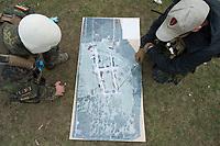 """03 APR 2012, LEHNIN/GERMANY:<br /> Vorbesprechung einer Uebung mit einer Karte und Modellen der Gebaeude, Kampfschwimmer der Bundeswehr trainieren """"an Land"""" infanteristische Kampf, hier Haeuserkampf- und Geiselbefreiungsszenarien auf einem Truppenuebungsplatz<br /> IMAGE: 20120403-01-070<br /> KEYWORDS: Marine, Bundesmarine, Soldat, Soldaten, Armee, Streitkraefte, Spezialkraefte, Spezialkräfte, Kommandoeinsatz, Übung, Uebung, Training, Spezialisierten Einsatzkraeften Marine, Waffentaucher"""