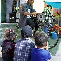 Toluca, Méx.- Tres niños observan atentos a un afilador de cuchillos. Agencia MVT / Esteban Fabian.