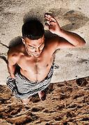 Hombre apoyado en roca. Sesión en la playa de Zapallar, Chile.