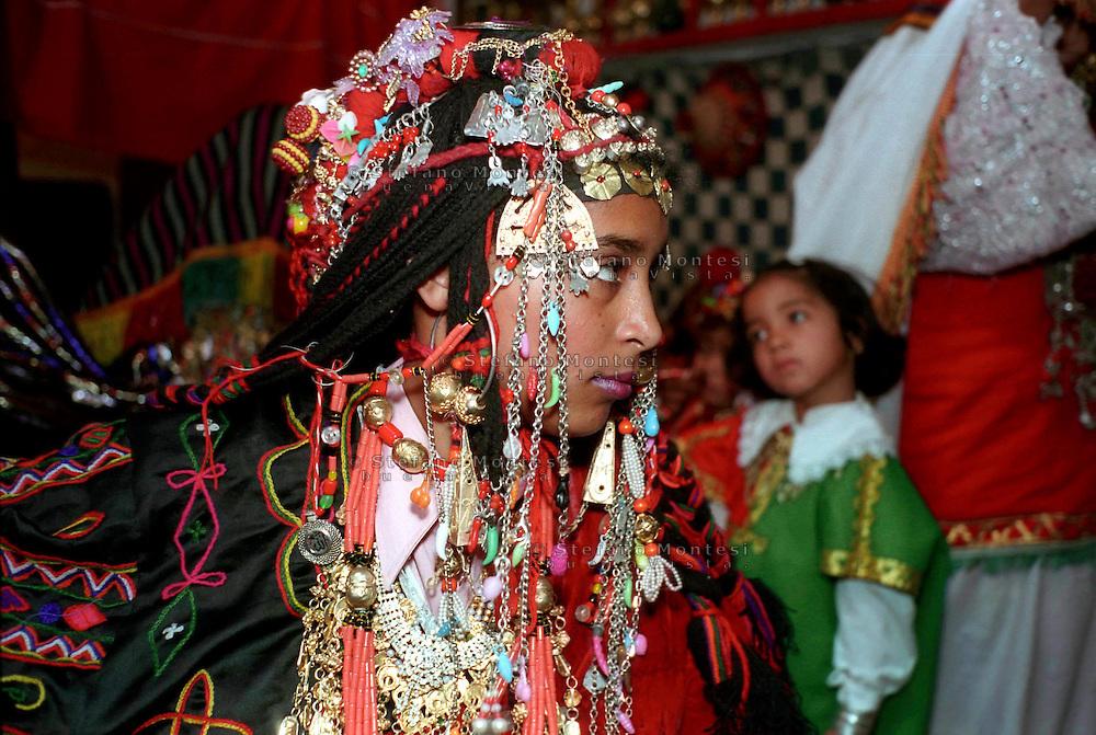 Libia, Ghadhames .La città vecchia, ragazza con i l vestito tradizionale della zona
