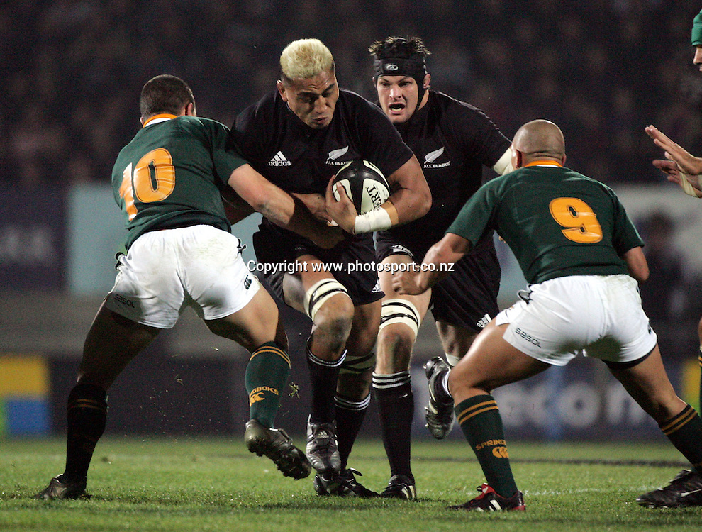 All Black flanker Jerry Collins charges ahead during the Tri Nations rugby test match between the All Blacks and South Africa at Carisbrook in Dunedin, New Zealand on Saturday 27 August, 2005. The All Blacks won 31-27. Photo: Andrew Cornaga/PHOTOSPORT<br />