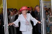 Her Majesty the queen was Wednesday 17 May present at the start of the jubilee programme on the occasion of the 50 year old existence of Singer Laren. The queen performs this day the official opening of the renewed garden room of the museum and she visits the jubilee at tone interview Singer Laren live ones!<br /> <br /> Hare Majesteit de Koningin was woensdag 17 mei aanwezig bij de start van het jubileumprogramma ter gelegenheid van het 50-jarig bestaan van Singer Laren. De Koningin verricht deze dag de offici&euml;le opening van de vernieuwde tuinzaal van het museum en zij bezichtigt de jubileumtentoonstelling Singer Laren Live!<br /> <br /> <br />  <br /> On the photo / Op de foto : Official opening / officiele opening