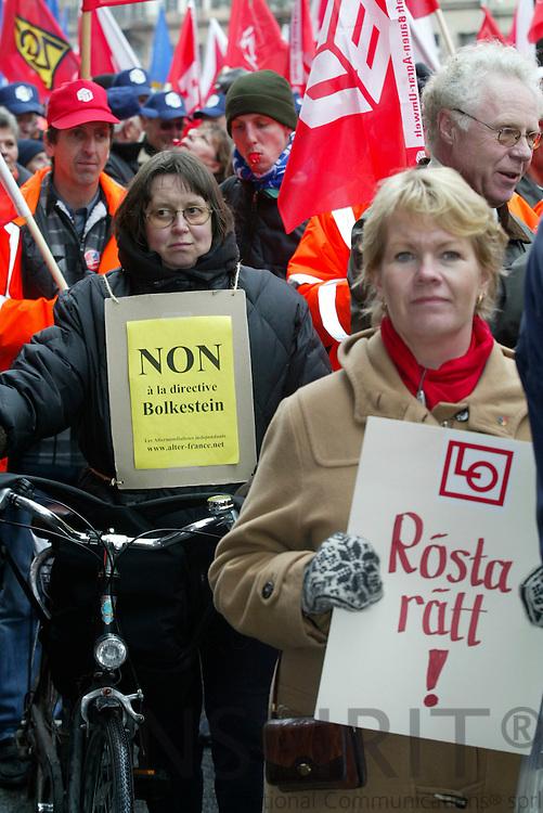 STRASBOURG - FRANCE - 13 FEBRUARY 2006 --Svenske demonstranter mod service direktivet. Fransk frue med cykel og Virpi RING fra Gåoteborg. PHOTO: ERIK LUNTANG /