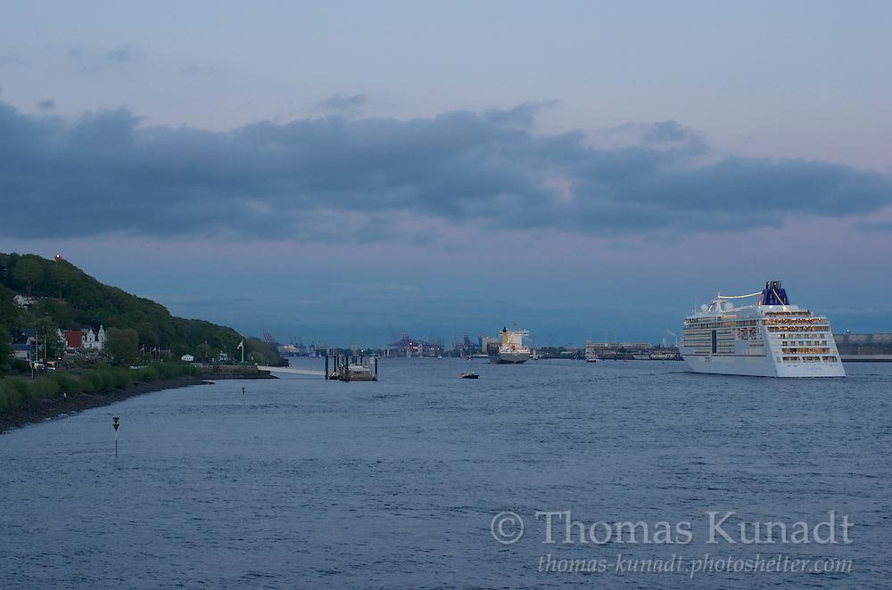 Das Hapag-Lloyd Kreuzfahrtschiff EUROPA 2 steuert im Konvoi zurück Richtung Hamburg zum Feuerwerk. Nach Taufe und Tuckerbootballett kehrt in Blankenese links wieder Ruhe ein.