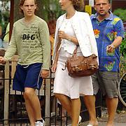 NLD/Laren/20060707 - Jaap van Zweden, partner Aaltje van Buuren en zoon wandelend in Laren
