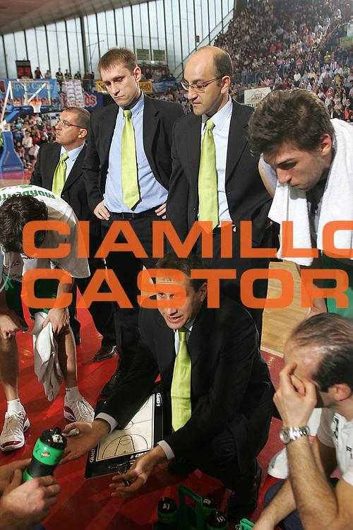 DESCRIZIONE : Reggio Emilia Lega A1 2005-06 Bipop Carire Reggio Emilia Benetton Treviso <br /> GIOCATORE : Blatt Vitucci Team Treviso <br /> SQUADRA : Benetton Treviso <br /> EVENTO : Campionato Lega A1 2005-2006 <br /> GARA : Bipop Carire Reggio Emilia Benetton Treviso <br /> DATA : 02/04/2006 <br /> CATEGORIA : Timeout <br /> SPORT : Pallacanestro <br /> AUTORE : Agenzia Ciamillo-Castoria/Fotostudio 13