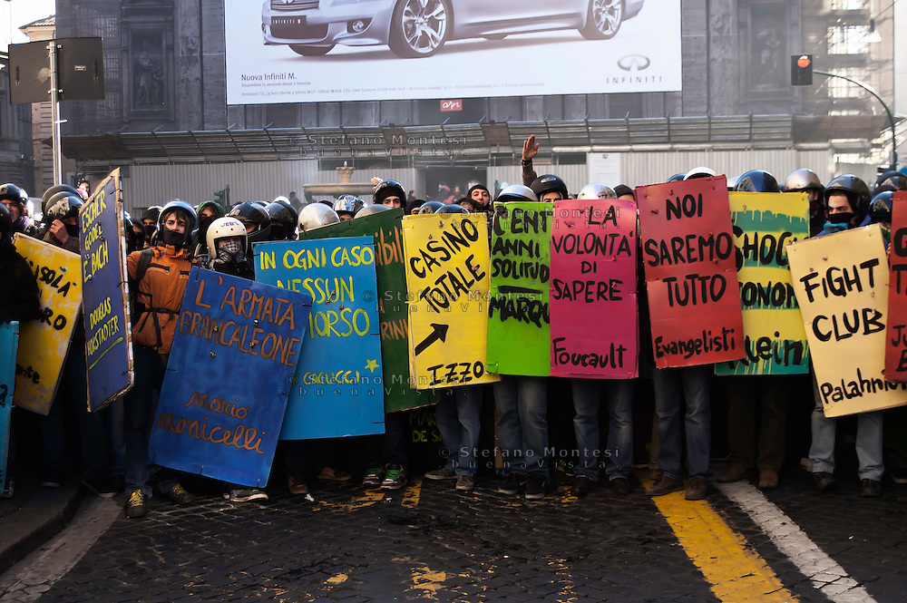Roma 14 Dicembre 2010.<br /> Manifestazione contro il Governo Berlusconi.I book-bloc in corso Rinascimento<br /> Rome December 14, 2010.<br /> Demonstration against the Berlusconi government.