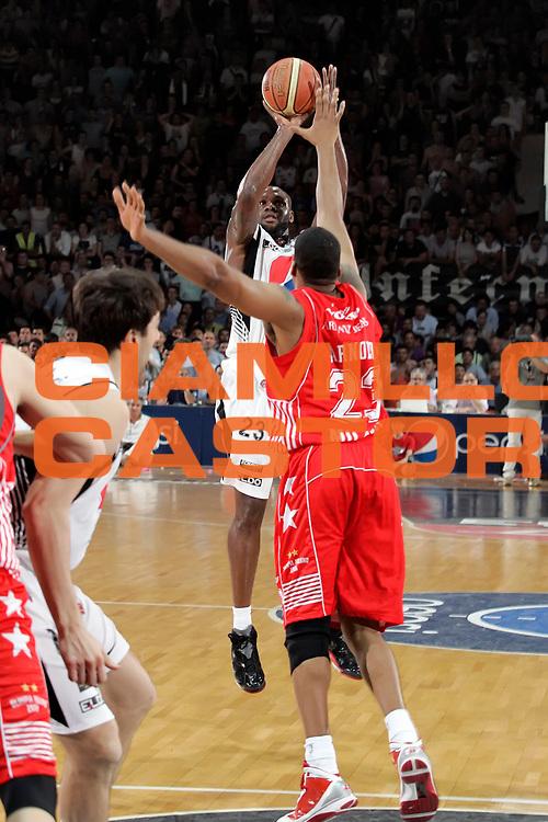 DESCRIZIONE : Caserta Lega A 2009-10 Playoff Semifinale Gara 5 Pepsi Caserta Armani Jeans Milano<br /> GIOCATORE : Ebi Ere<br /> SQUADRA : Pepsi Caserta<br /> EVENTO : Campionato Lega A 2009-2010 <br /> GARA : Pepsi Caserta Armani Jeans Milano<br /> DATA : 10/06/2010<br /> CATEGORIA : tiro three points<br /> SPORT : Pallacanestro <br /> AUTORE : Agenzia Ciamillo-Castoria/A.De Lise<br /> Galleria : Lega Basket A 2009-2010 <br /> Fotonotizia : Caserta Lega A 2009-10 Playoff Semifinale Gara 5 Pepsi Caserta Armani Jeans Milano<br /> Predefinita :