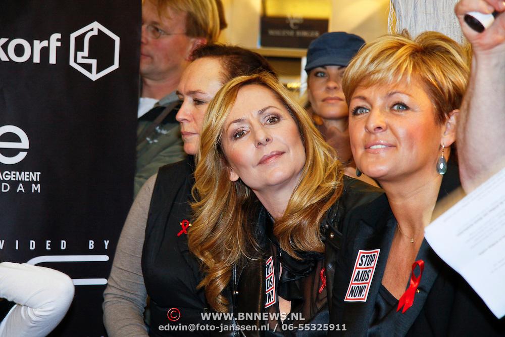 NLD/Amsterdam/20101128 - Modeshow en verkoop Artbags t.b.v het Aidsfonds in de Bijenkorf, Ambassadrices Angela Groothuizen en Caroline Tensen