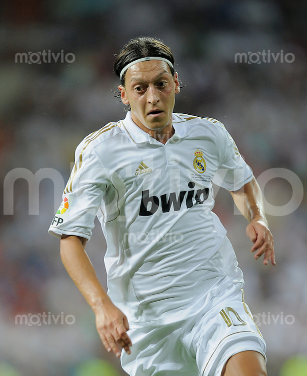 FUSSBALL  INTERNATIONAL  PRIMERA DIVISION  SAISON 2011/2012   14.08.2011 El Clasico  Super Cup 2011 Real Madrid - FC Barcelona Mesut Oezil (Real Madrid)