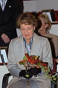Prinses Margriet bij symposium over onnodige slechtziendheid <br /> <br />   Hare Koninklijke Hoogheid Prinses Margriet der Nederlanden woont donderdag 11 december in het Leids Universitair Medisch Centrum een symposium bij over de bestrijding van onnodige slechtziendheid in Nederland. Het symposium wordt georganiseerd door Vision 2020 Netherlands, een onderdeel van het project Vision 2020 van de Wereldgezondheidsorganisatie WHO. Prinses Margriet is beschermvrouwe van Vision 2020 Netherlands. Zij zal tijdens het symposium het eerste exemplaar van de in Nederland ontwikkelde universele bril in ontvangst nemen. <br /> Wereldwijd zijn 50 miljoen mensen blind en 135 miljoen slechtziend. Negentig procent van hen leeft in ontwikkelingslanden. Bij 22 miljoen mensen is de blindheid te verhelpen door een staaroperatie en bij 8 miljoen was blindheid te voorkomen geweest door betere voeding en meer hygi&euml;ne. De Wereldgezondheidsorganisatie WHO stelt zich ten doel alle gevallen van onnodige blindheid in 2020 te hebben weggewerkt, aan de hand van het programma Vision 2020. Uitvoering van dit programma moet er toe leiden dat 430 miljoen levensjaren niet in onnodige blindheid of slechtziendheid worden doorgebracht. <br /> <br /> Tijdens het Leidse symposium wordt onder meer gesproken over onnodige slechtziendheid bij verstandelijk gehandicapten, bij bewoners van verpleeghuizen en over vermijdbare blindheid ten gevolge van suikerziekte. Ook zal tijdens deze bijeenkomst een in Nederland ontwikkelde universele bril ter bestrijding van slechtziendheid worden gepresenteerd. Deze goedkope bril heeft glazen die door het draaien aan een knopje wisselen in sterkte, en is daardoor in principe voor iedereen geschikt. Omdat het ontbreken van een bril wereldwijd de tweede oorzaak van slechtziendheid is, kan hiermee een bijdrage worden geleverd aan de mondiale bestrijding van slechtziendheid.