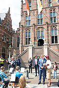 Koning Willem-Alexander en koningin Maxima op het bordes van het stadhuis ter afsluiting van het streekbezoek aan de Betuwe.<br /> <br /> King Willem-Alexander and Queen Maxima on the landing of the town hall to conclude the regional visit to the Betuwe.