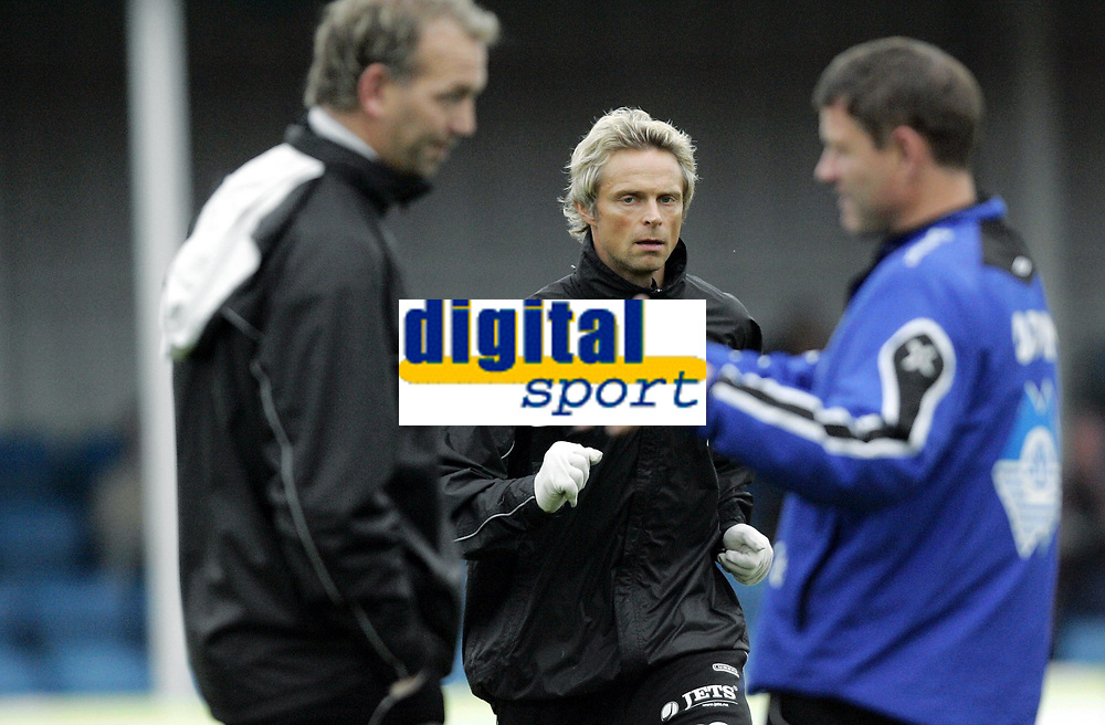 Fotball<br /> Adeccoligaen<br /> 22.10.2006<br /> H&oslash;nefoss v H&oslash;dd 3-0<br /> Foto: Morten Olsen, Digitalsport<br /> <br /> Andre Nevstad - H&oslash;dd<br /> Harald Aasland Riise - trener H&oslash;dd i samtale med sin assistent Einar Magne Skeide (th)