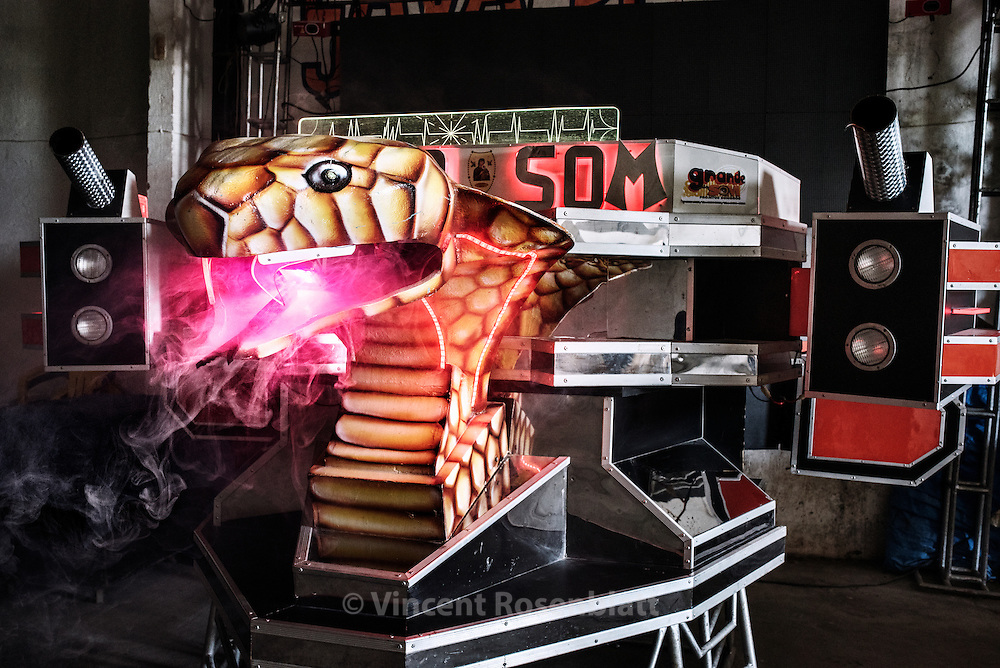 "Cobra Som (Cobra Sound) is a middle sized machine from the district of Pedreira in Belém do Pará, founded by DJ Eduardo and created by Grande do Som, one of the most famous craftman of ""aparelhagens"""
