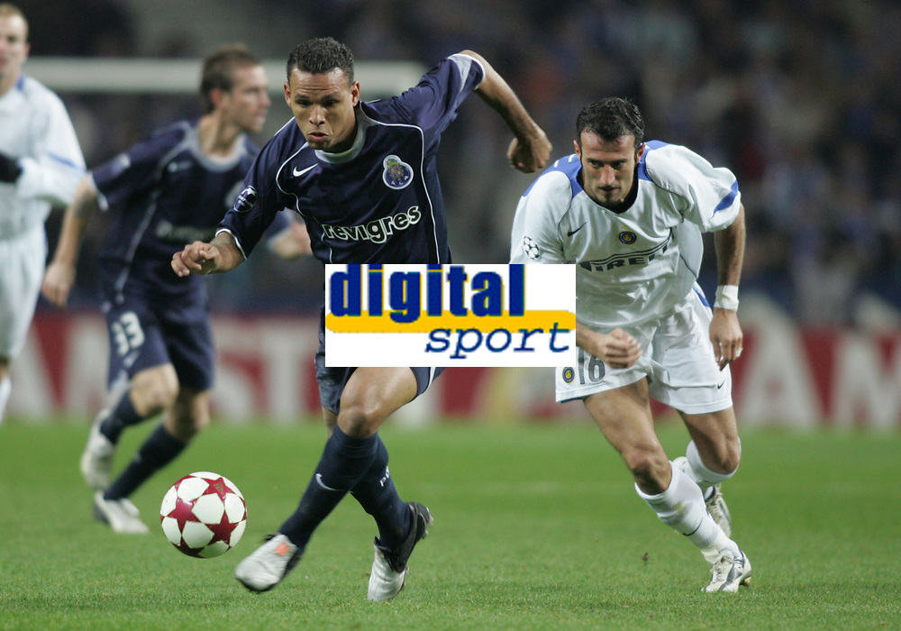 """PORTUGAL - PORTO 23 FEBRUARY 2005: LUIS FABIANO #9 drives the ball pursued  by GIUSEPPE FAVALLI #16, in the First Knock-out Round First Leg of the UEFA Champions League, match FC Porto (1) vs FC Internazionale (1), held in """"Dragao"""" stadium  23/02/2005  20:50:01<br />(PHOTO BY: NUNO ALEGRIA/AFCD)<br /><br />PORTUGAL OUT, PARTNER COUNTRY ONLY, ARCHIVE OUT, EDITORIAL USE ONLY, CREDIT LINE IS MANDATORY AFCD-PHOTO AGENCY 2004 © ALL RIGHTS RESERVED"""