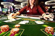 London, Maggio 2012 - Casino Aspers. Manualità con carte e fiches sono solo la parte visibile dell'abilità di un croupier professionista. Calcolo, psicologia e integrità morale fanno il resto.