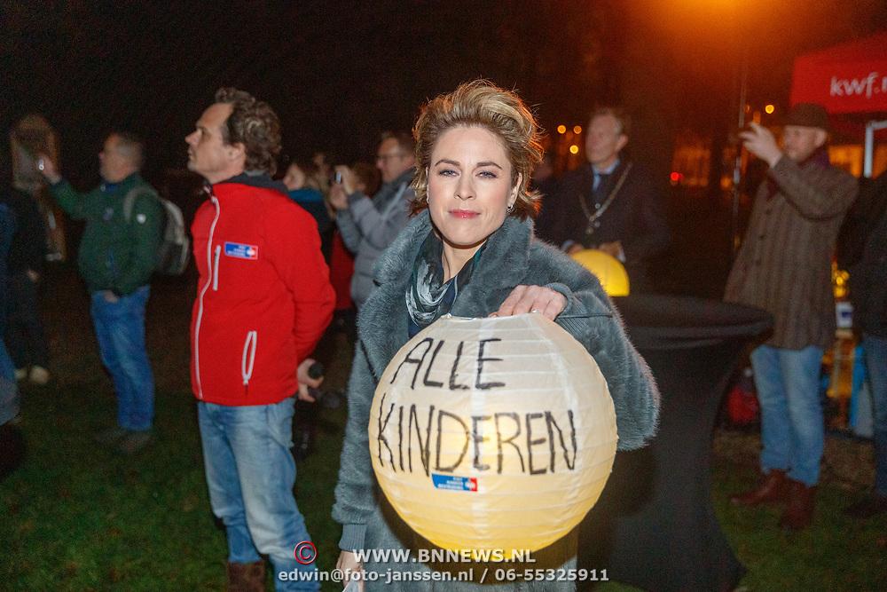 NLD/Soest/20181206 - KWF Kankerbestrijding onthult 3e editie lampionnenactie, Mirella van Markus met een herdenkingslampion