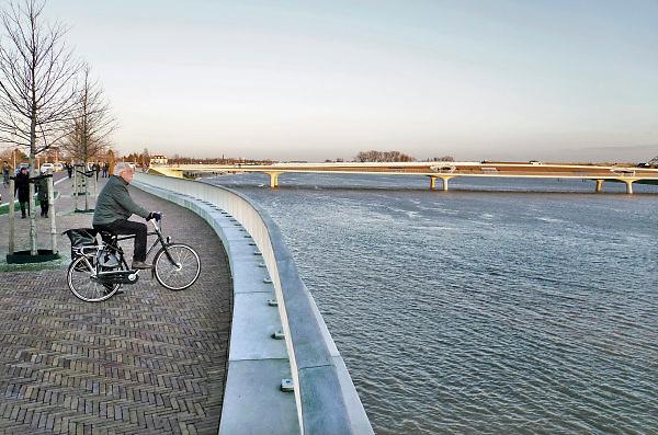 Nederland, Nijmegen, 8-1-2018 Het waterpeil van de rivier de Waal stijgt. De Nevengeul, aangelegd om het water beter langs Nijmegen af te voeren, is helemaal volgelopen en vormt nu een geheel met de Waal. Veur Lent is nu echt een eiland. Door de geul blijft het water hier volgens berekeningen 30 cm. lager als voorheen. Het peil zal stijgen naar 14,64 meter bij Lobith en is dan twee meter minder als de 16,68 in 1995.Foto: Flip Franssen